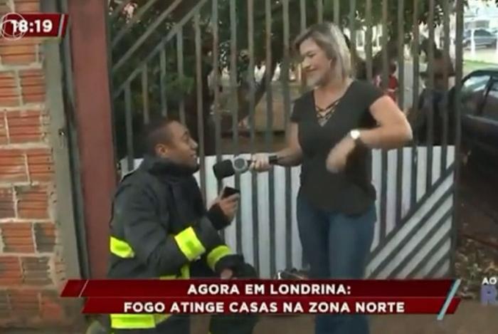 Repórter é pedida em casamento ao vivo por bombeiro