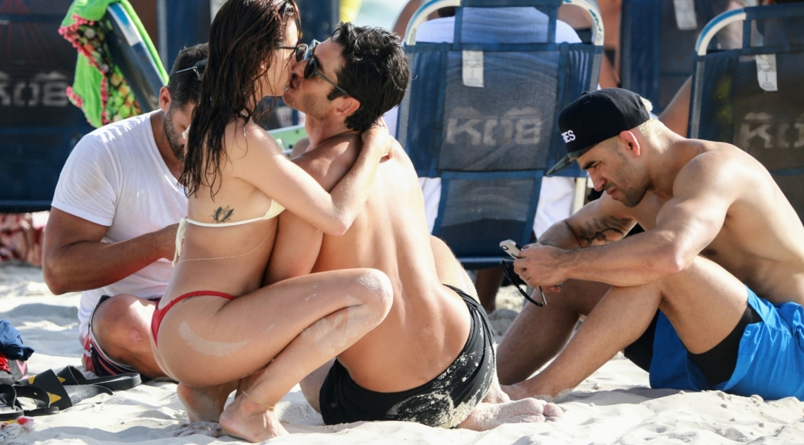 Isis Valverde e o marido, André Rezende, na Praia da Barra da Tijuca