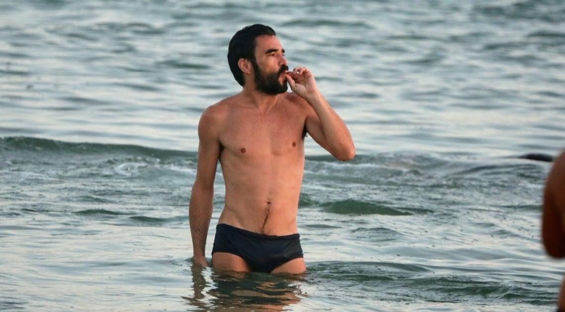 Caio Blat fuma na praia