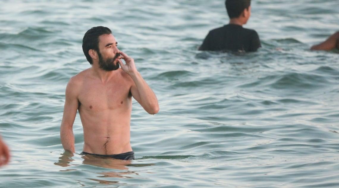Caio Blat na Praia da Barra da Tijuca