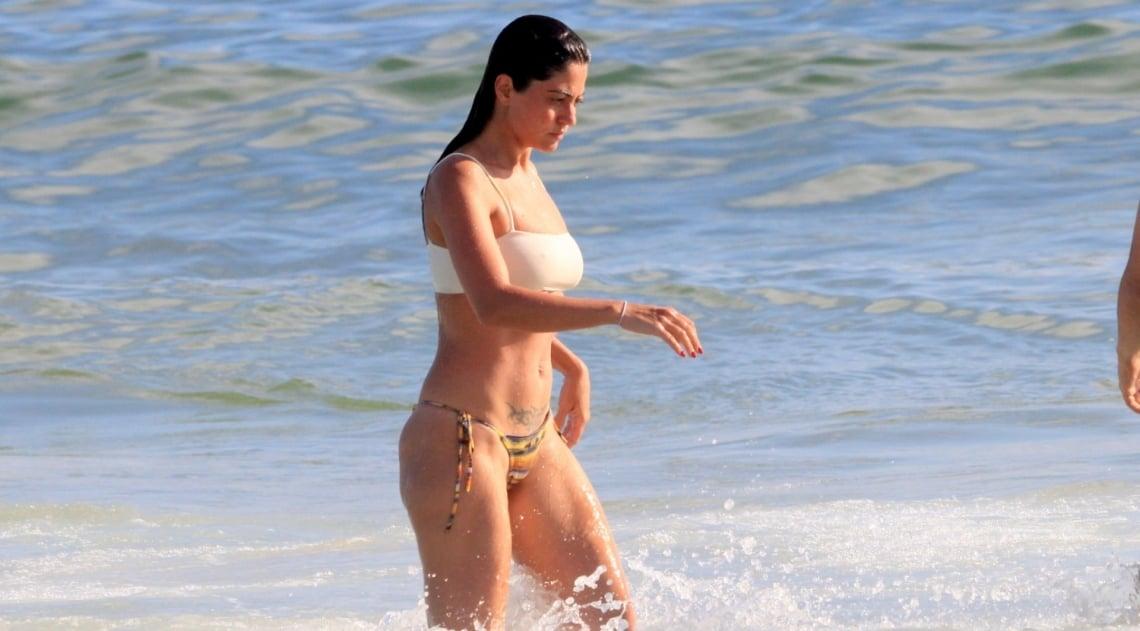 Carol Castro curte dia de sol em praia da Zona Sul do Rio