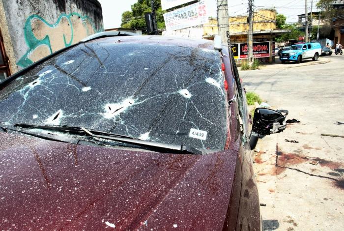 O carro ficou com várias marcas de tiro
