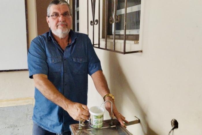O síndico Carlos Bottino tem feito análises diárias da água consumida