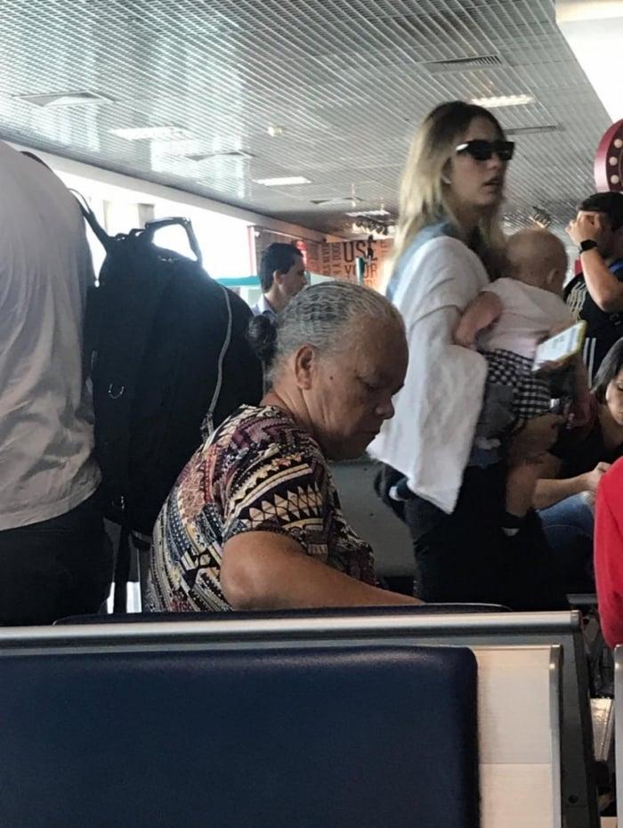 Gabi Brandt com o filho no Aeroporto de Congonhas