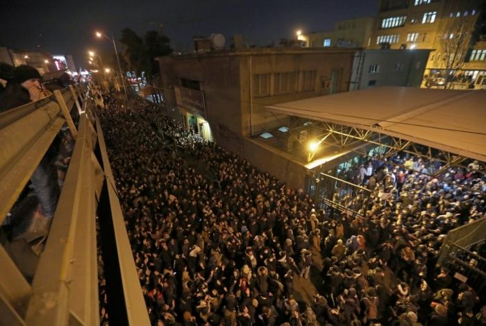 Estudantes foram dispersados pela polícia durante um protesto em Teerã para homenagear 176 pessoas mortas depois que um avião foi abatido por engano