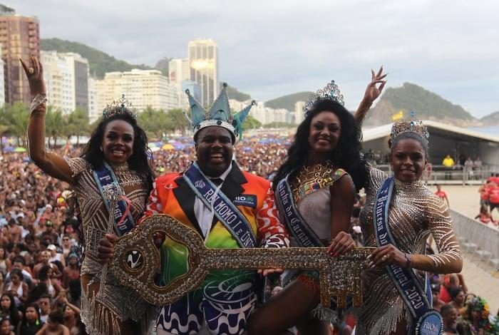 O Rei Momo Djeferson Mendes e a Rainha Camila Silva ao lado das princesas Deisiane e Cinthia