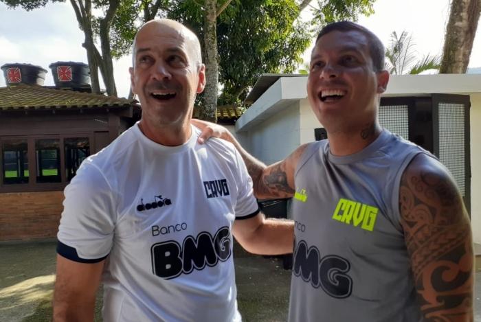Ramon, ao lado do preparador físico Flávio Oliveira, segue sem previsão de volta ao Vasco