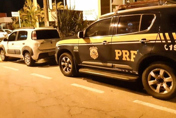 Policiais realizavam blitz na Dutra, quando abordaram um carro, com um ocupante.