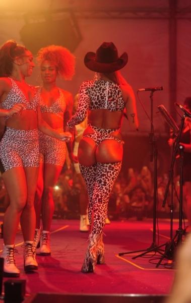 Anitta se acaba de dançar no ensaio do Bloco das Poderosas no Jockey Club