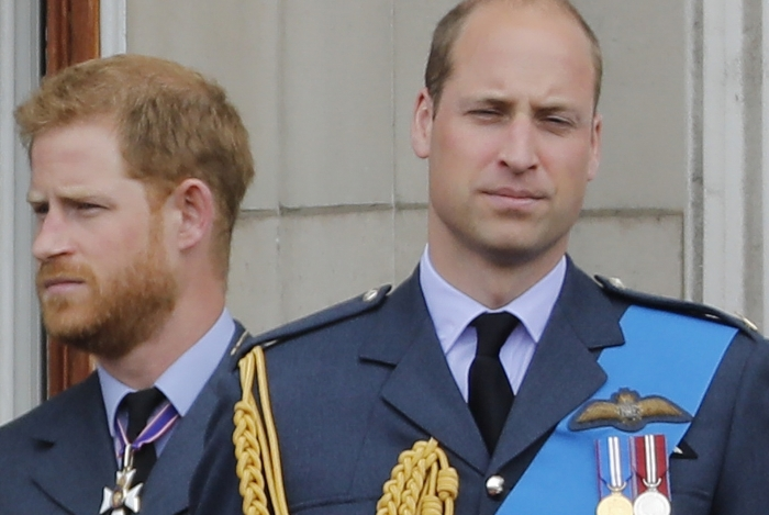 Ppríncipe Harry e o príncipe William na varanda do Palácio de Buckingham em 10 de julho de 2018 para assistir a um sobrevôo militar para marcar o centenário da Royal Air Force (RAF)