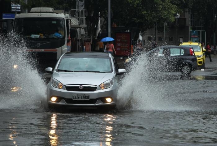 Chuva alagou diversas regiões da cidade nesta segunda