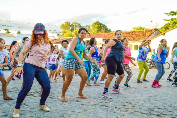 Professores de dança conduzem grande público em aulões de dança para animar o verão e exercitar a galera