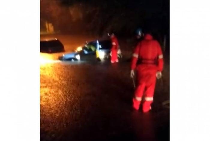 Vítima trafegava em um Chevrolet Corsa, quando a via ficou totalmente alagada. O automóvel foi levado pela enxurrada