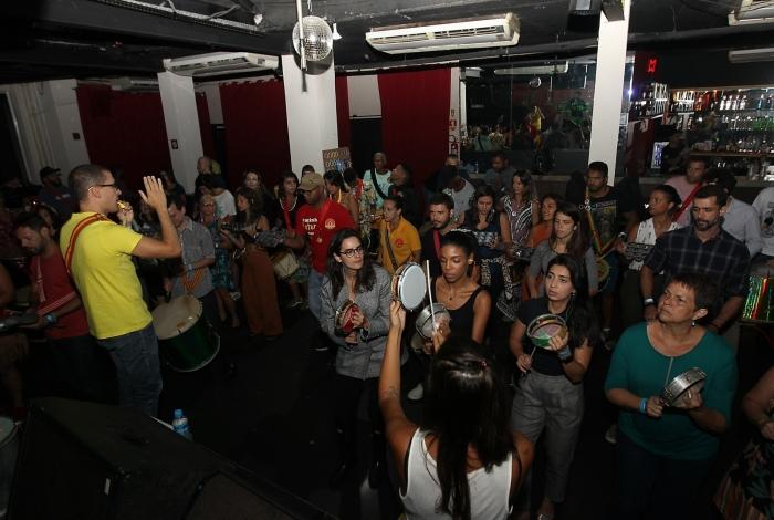 Para manter os ritmistas afiados para o desfile no Aterro do Flamengo, o Benga tem ensaiado todas as segundas-feiras em um bar na Lapa