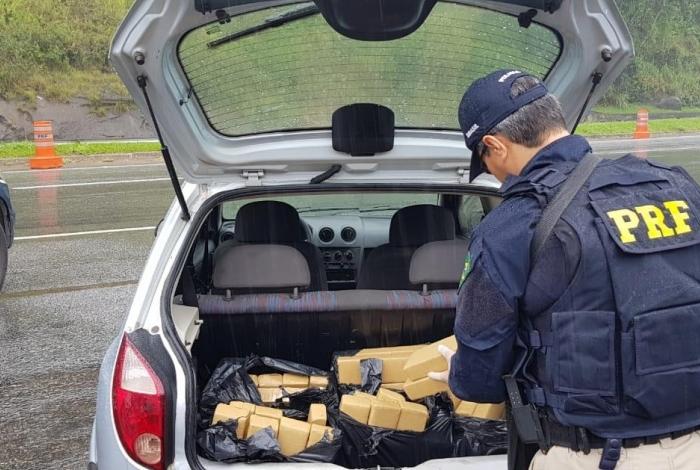 Policiais encontraram as drogas dentro de porta-malas