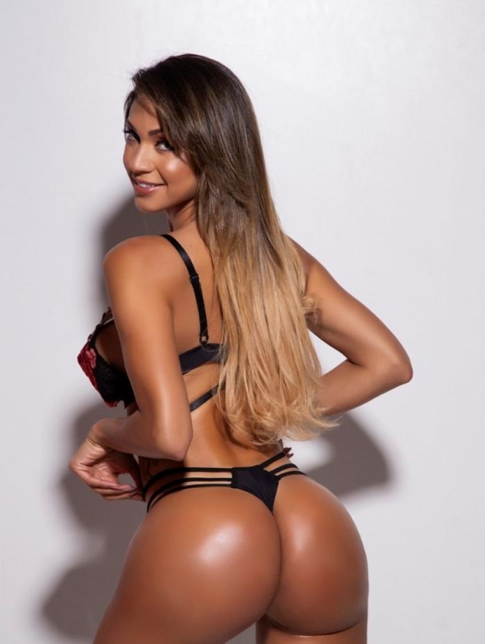 Roberta Duarte posa para ensaio sensual