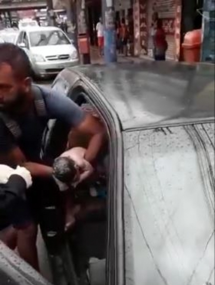 Policiais realizaram o parto dentro do veículo