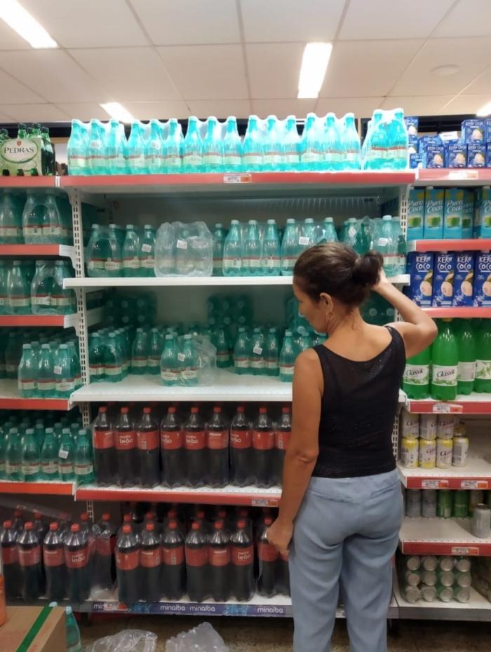 Em supermercado no Centro, muitas pessoas reclamam da falta de garrafas grande de água sem gás