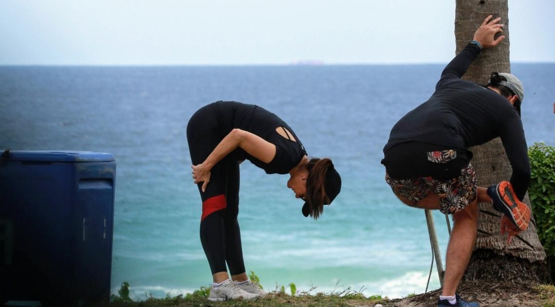 Fátima Bernardes e Túlio Gadelha se exercitam na orla da Barra da Tijuca, na Zona Oeste do Rio, nesta terça-feira