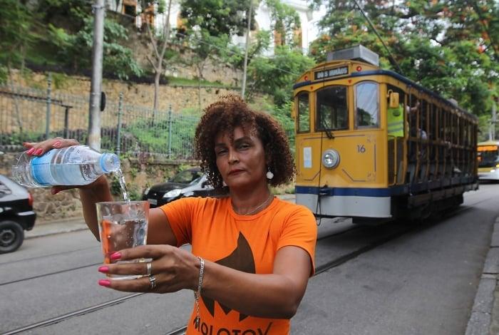 Moradora de Santa Teresa, Edna dos Santos conta que ela e o filho tiveram forte cólica devido à água