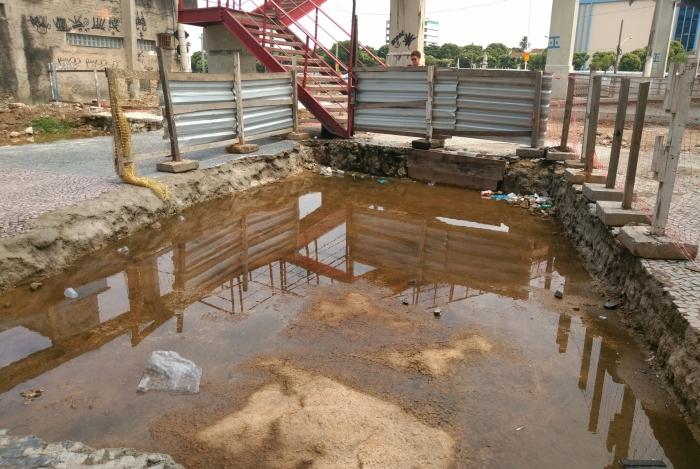 Buraco com água parada chama atenção no Caju, na Zona Portuária