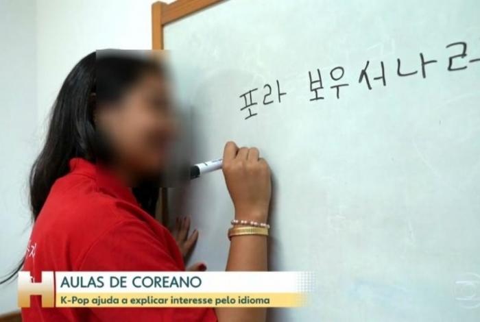 Aluna escreve 'Fora Bolsonaro' em coreano no 'Jornal Hoje'