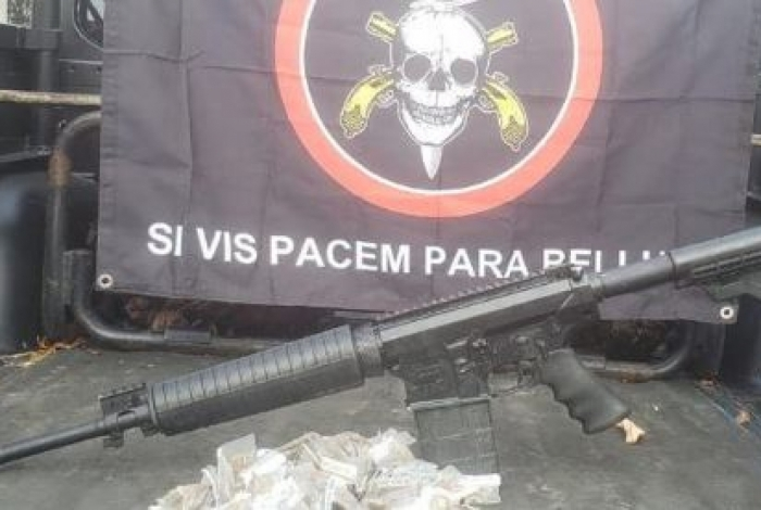 Fuzil encontrado pelo Bope dentro de geladeira no Morro da Serrinha, em Madureira