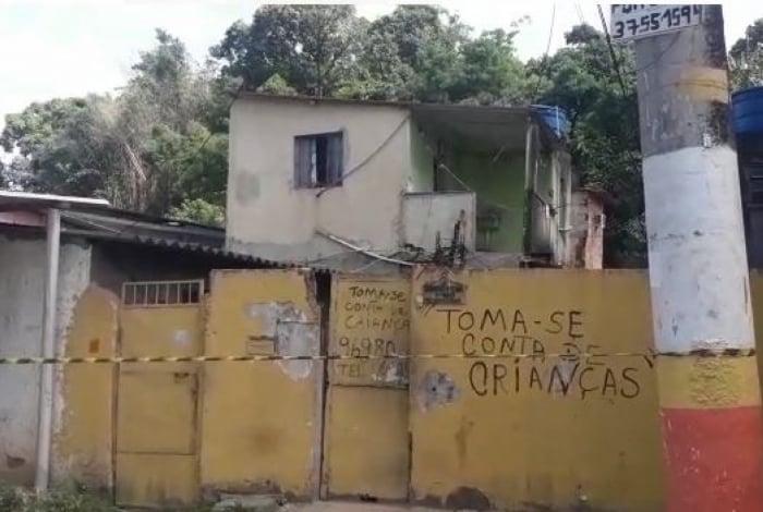Delegacia de Homicídios da Baixada Fluminense (DHBF) fez perícia na casa de Anna Carolina de Souza Neves, 8 anos, e já sabem de onde partiu tiro que matou menina. Ela que estava sentada no sofá de casa quando foi atingida