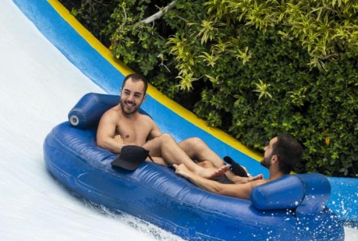 Rodrigo e Diogo, irmãos da banda Melim, se divertem no Beach Park