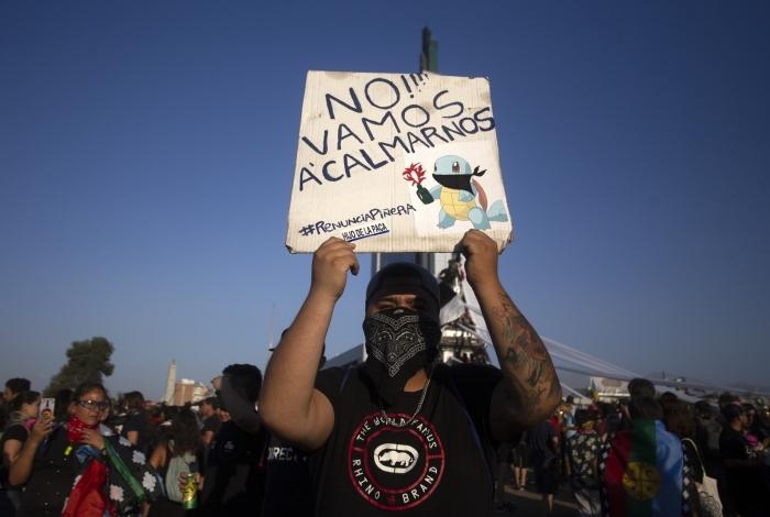 Manifestante pede a renúncia do presidente do Chile, Sebastián Piñera, em protesto em janeiro de 2020