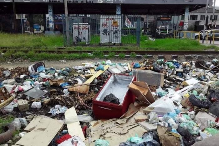 Lixo em frente a Rodoviária de Éden