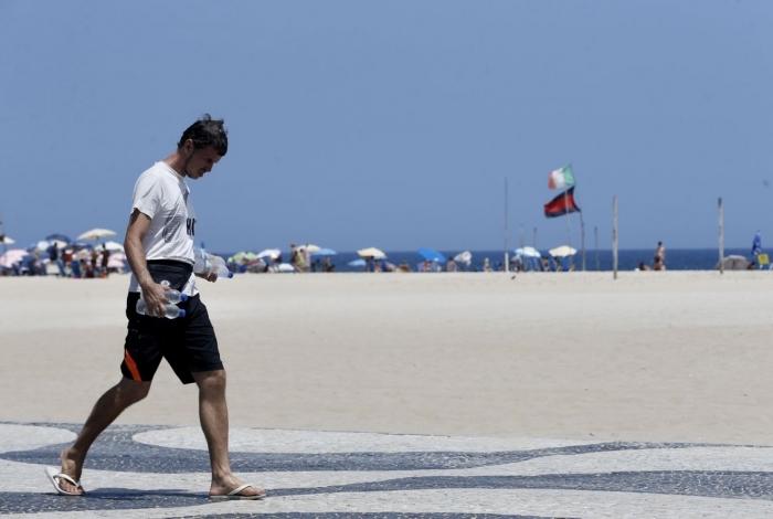 Em dia de forte calor cariocas se refrescam na praia de Copacabana