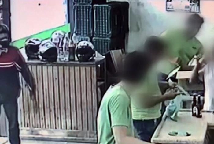 Homem anuncia assalto, mas vítimas não entendem e o ignoram