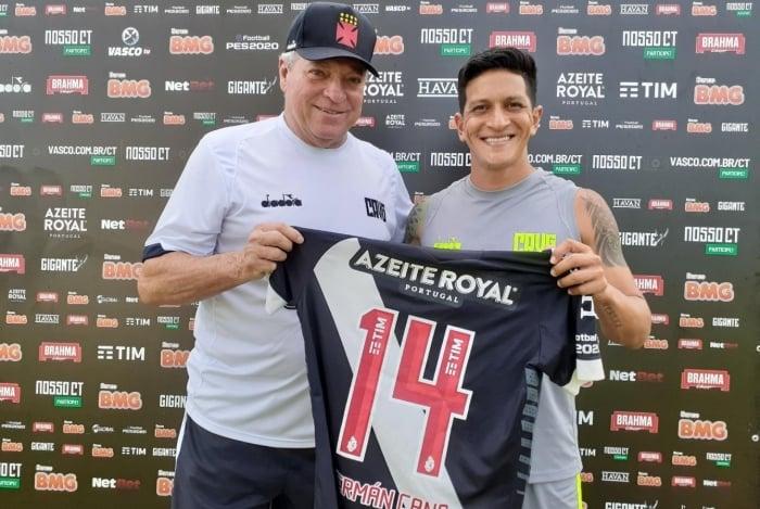 Regularizado, Cano recebe de Abelão a camisa 14 do Vasco