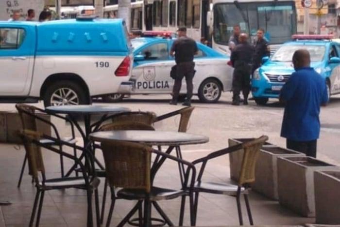 Suspeito usava uma arma de brinquedo e foi contido por passageiros
