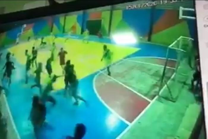 Dupla faz ataque a tiros durante partida de futebol em escola de Fortaleza