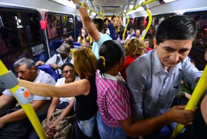 O homem foi conduzido à delegacia para prestar depoimento após importunar sexualmente os passageiros