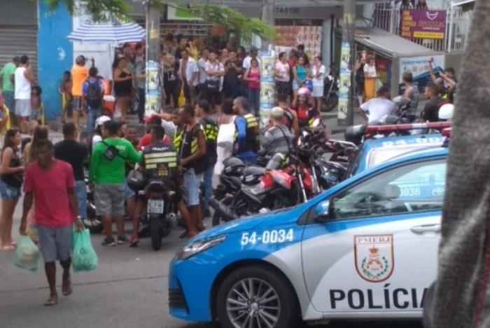 Policiais realizando abordagem