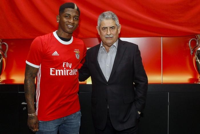 Yony González sendo apresentado oficialmente pelo Benfica