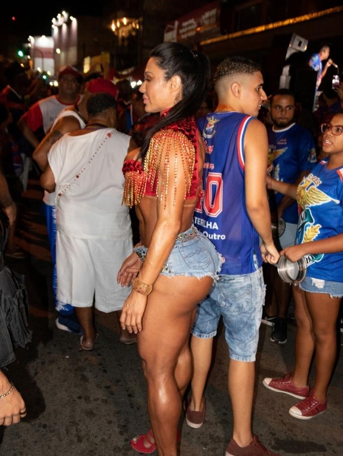 Gracyanne Barbosa no primeiro dia de ensaio de rua da Escola de Samba União da Ilha