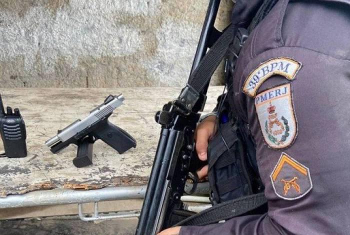PMs apreenderam pistola e rádio comunicador com suspeito
