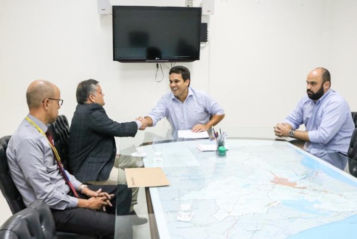 Rafael Diniz (ao centro), prefeito de Campos, assina termo de doação de 51 câmeras de vigilância ao município com representantes do Banco do Brasil