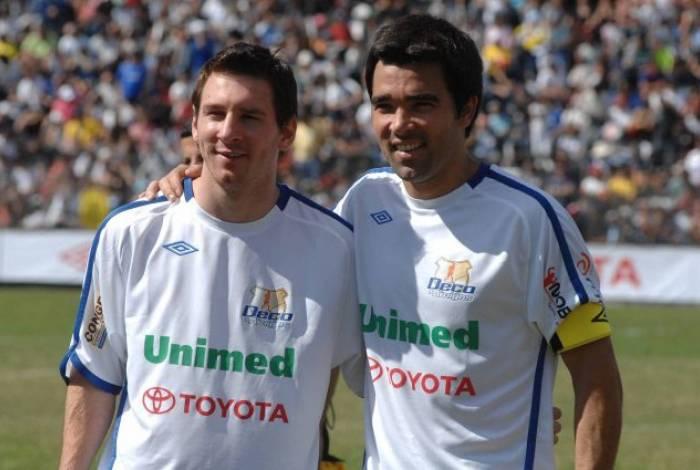 Messi ao lado de Deco em amistoso