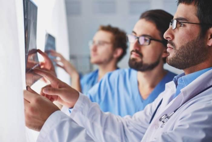 A maioria das vagas abertas nos processos é para médicos, enfermeiros e técnicos em enfermagem