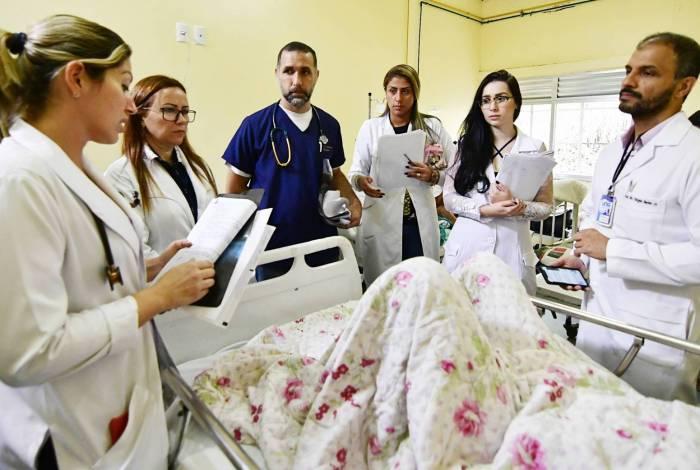 Médicos residentes visitam os pacientes acompanhados por supervisores