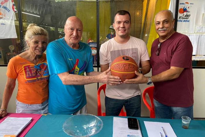 O presidente Benedicto Torteli (de azul), o vice-presidente Ronaldo Guimarães e a secretária Elisete Masche celebram o acordo com o vereador Rafael Aloísio Freitas