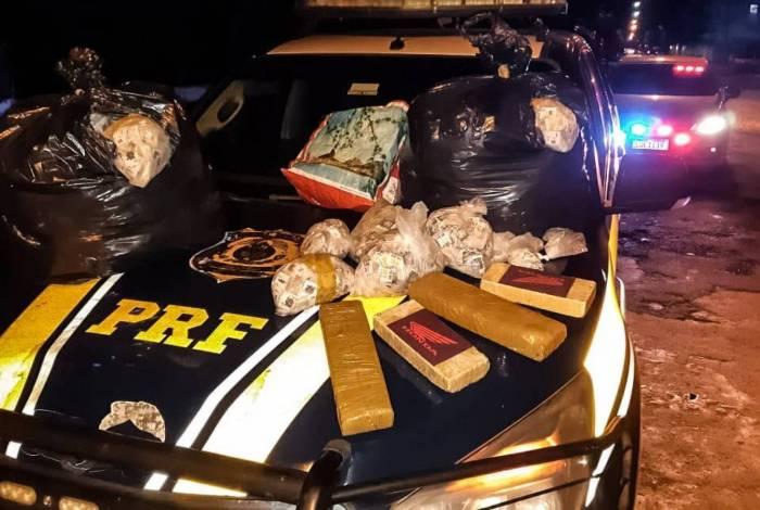 Na ação, a polícia apreendeu mais de 40 quilos de drogas, celulares e dinheiro