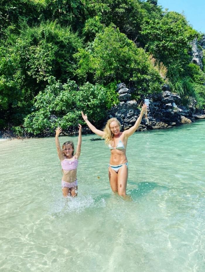 Angélica e a filha, Eva, na Tailândia