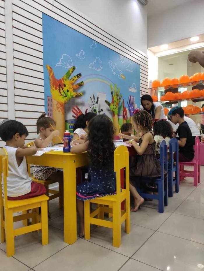 Oficinas gratuitas de Mosaico, Pintura e Xilogravura animam a garotada no Caxias Shopping