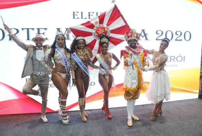 Ariane, Rafaela, Hérica e Luiz Felipe ladeados pelo mestre-sala e pela porta-bandeira da Viradouro, agremiação que indicou o rei e a rainha eleitos